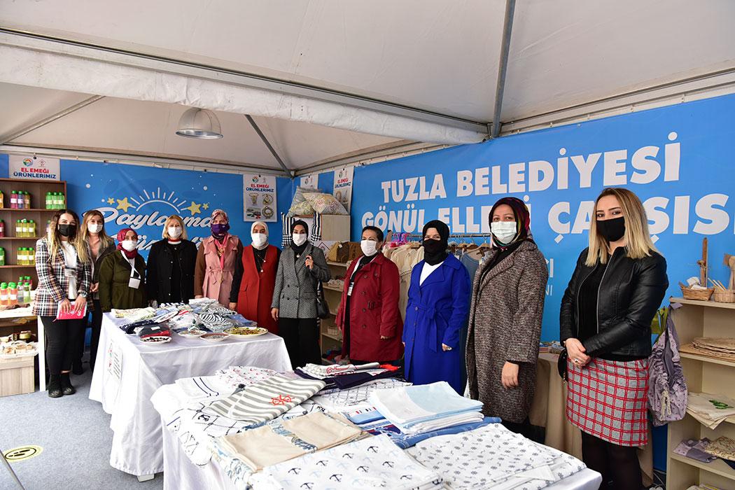 İhtiyaç sahibi kadınların el emeği ile üretip hazırladığı ürünler Uluslararası Boat Show Denizcilik Fuarı'nda Tuzla Belediyesi Gönül Elleri Çarşısı'nın kurmuş olduğu stantta satışa sunuldu.