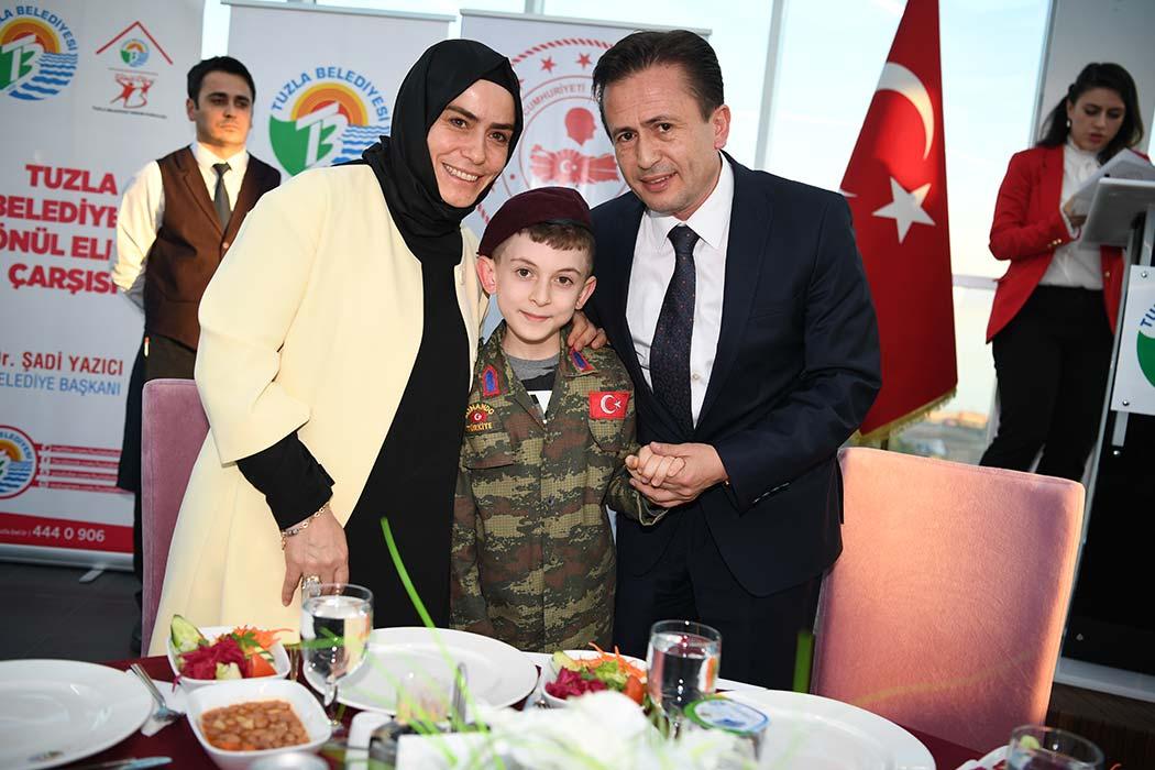 Tuzla Kaymakamlığı ve Tuzla Belediyesi, 18 Mart Çanakkale Zaferi'nin 104. yıldönümü ve Şehitleri Anma Günü kapsamında Tuzla'da yaşayan şehit ve gazi aileleri onuruna yemek düzenledi
