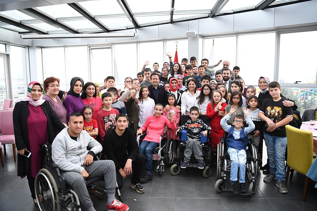 """""""9.Geleneksel Engellerimiz Engel Değil"""" gösterisinde sahne alan Tuzla'nın Özel Çocukları ve ailelerinin katıldığı program Tuzla Belediyesi Ayyıldız Sosyal Tesisleri'nde yapıldı."""