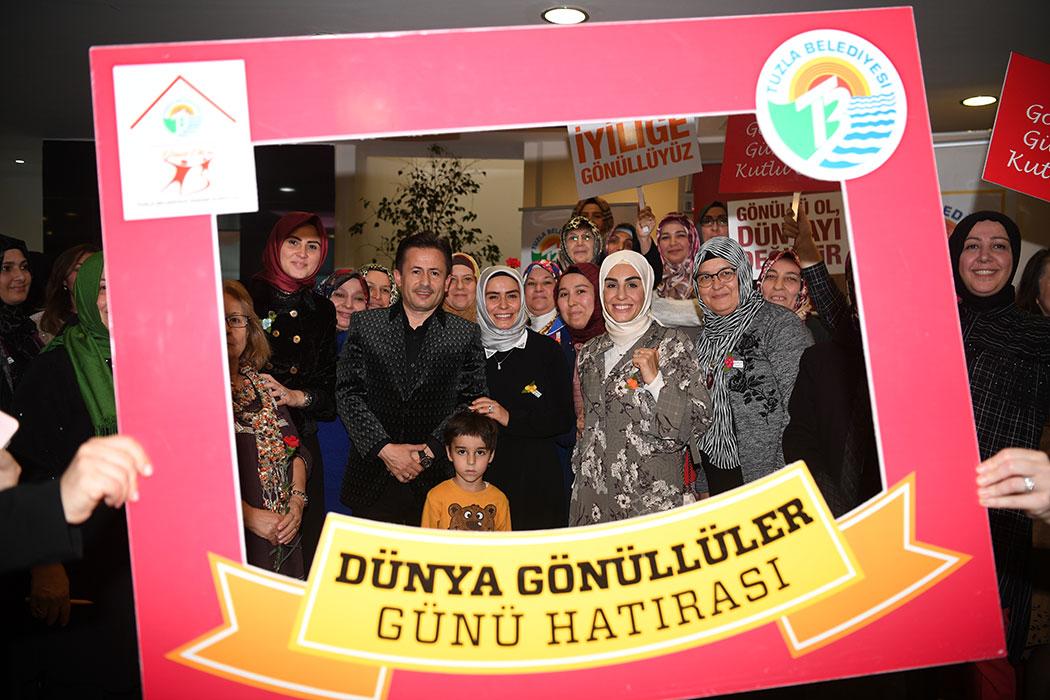 Gönüllü hizmetleri ve sosyal faaliyetleri ile Tuzla'da sosyal dayanışma ve birlikteliğin en önemli aktörleri arasında yer alan Kadın Kent Gönüllüleri, 5 Aralık Dünya Gönüllüler Günü'nde Tuzla Belediye Başkanı Dr. Şadi Yazıcı ve eşi Dr. Fatma Yazıcı tarafından ağırladı.