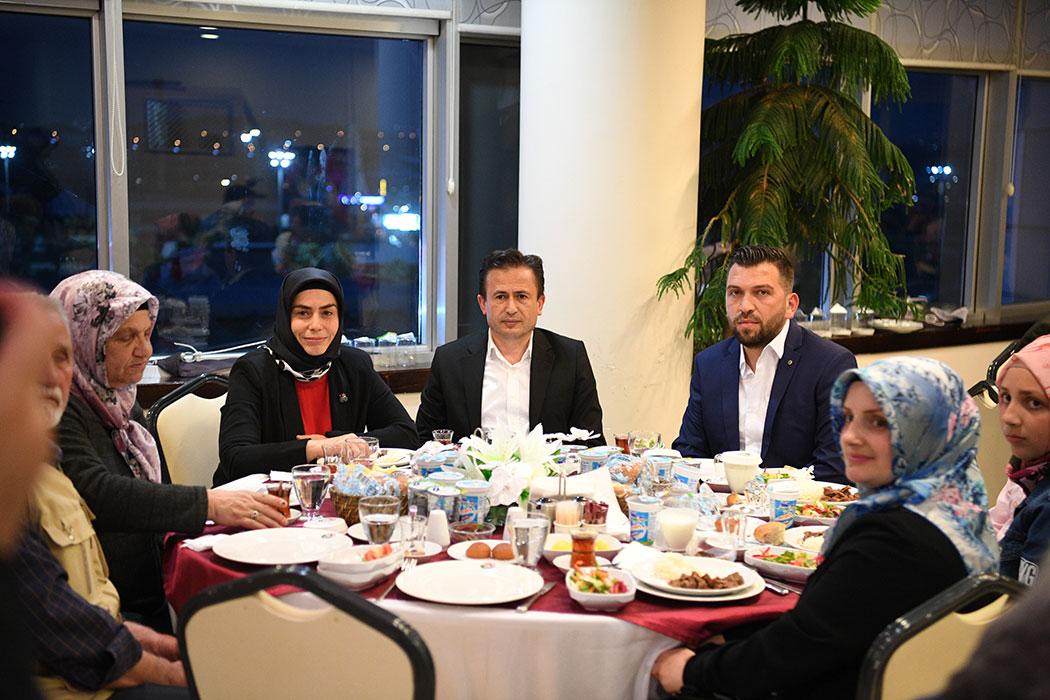 Tuzla Belediyesi Gönül Elleri Çarşısı kadın kent gönüllüleri ve aileleri, Tuzla Belediye Başkanı Dr. Şadi Yazıcı tarafından verilen iftarda bir araya geldi.