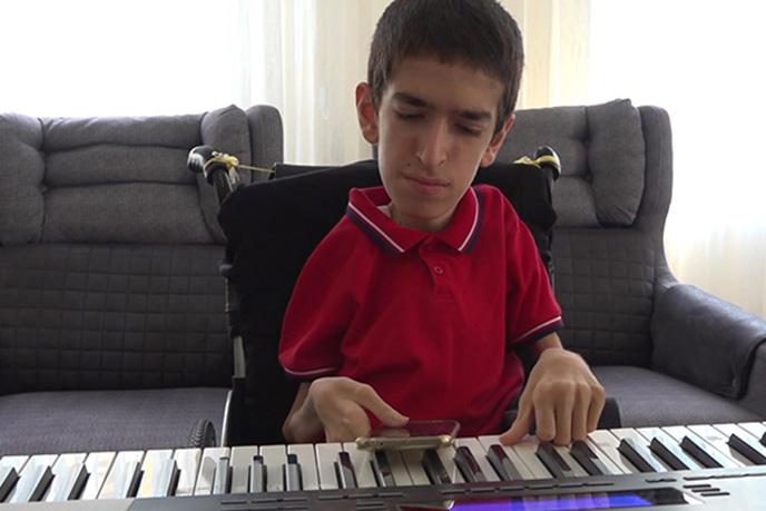 İstanbul'un Tuzla ilçesinde yaşayan Spinal Müsküler Atrofi Tip2 (SMATip2) olan 17 yaşındaki Umut, hayata piyano çalarak tutunuyor.