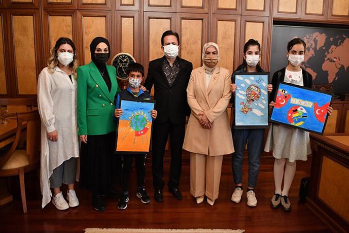 Tuzla Belediyesi Gönül Elleri Çarşısı tarafından Tuzla'da takip ettiği ve ihtiyaçlarını karşıladığı 101 çocuğun katılımıyla 23 Nisan Ulusal Egemenlik ve Çocuk Bayramı konulu resim yarışması düzenlendi.