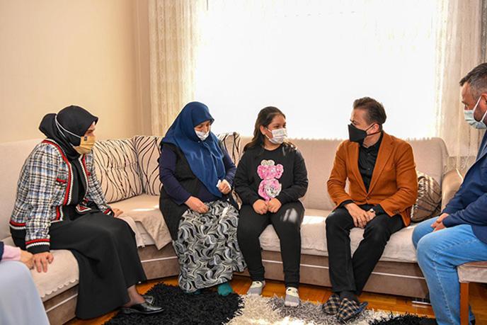 Ülkemizde olduğu gibi tüm dünyada da 18-24 Mart'ta kutlanan Yaşlılar Haftası nedeniyle Tuzla Belediye Başkanı Dr. Şadi Yazıcı ve eşi Gönül Elleri Çarşısı kurucu üyelerinden Dr. Fatma Yazıcı  Tuzla'da yaşayan 65 yaş üstü