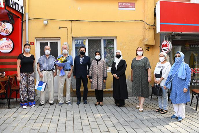 """Dünya Yaşlılar Günü münasebetiyle yaşlıları evinde ziyaret eden Tuzla Belediye Başkanı Dr. Şadi Yazıcı,"""" Gönül Elleri Çarşısı, Yaşlılar Komisyonu, Kent Gönüllülerimiz 365 gün yaşlılarımızın yanında."""