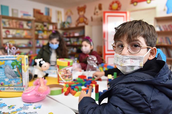 Tuzla Belediyesi Gönül Elleri Çarşısı içerisinde bulunan Değişen Oyuncak Dükkanı, hem ihtiyaç sahibi çocuklara oyuncaklar ile oynama imkanı sağlıyor, hem de bir ay süre ile oyuncağı evine götürme imkanını sağlıyor.