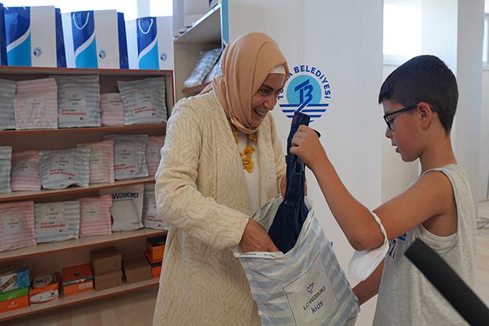 Türkiye'nin dört bir yanında veren el ile alan eli buluşturan Tuzla Belediyesi Gönül Elleri Çarşısı, Tuzla'da yaşayan ihtiyaç sahibi ailelerin çocuklarına bayramlık elbise ve bayramlık ayakkabı dağıttı.