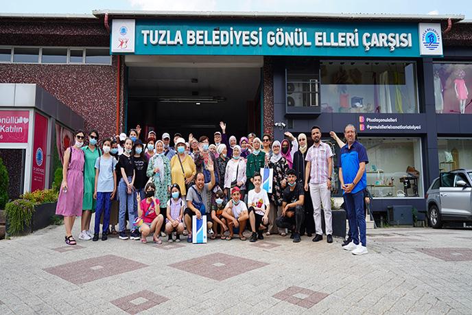 """İstanbul'un tarihi turistik yerlerini ziyaret etmek için Romanya'dan gelen """"Romanya Osmanlılar Derneği"""" Tuzla'da yaklaşık 24 bin kişiye yardım eli uzatan Tuzla Belediyesi Gönül Elleri Çarşısı'nda yapılan yardım çalışmalarını yerinde gördü."""
