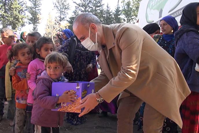 Tuzla Belediyesi, Türk Kızılay'ı ve HAYAD Derneği işbirliğiyle Suriyeli mültecilere gıda kolisi ve giyecek yardımı yaptı. Yardımların dağıtıldığı sırada görüntülü arama gerçekleştiren Tuzla Belediye Başkanı Dr. Şadi Yazıcı,