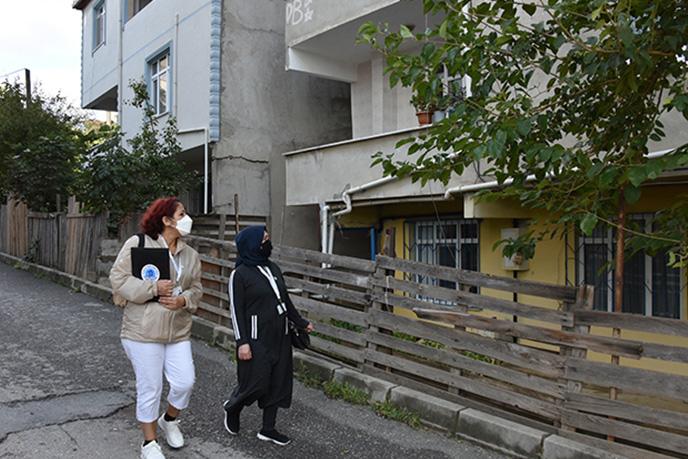 Tuzla'da 4 bin 300 kadın gönüllü, ilçe sınırları içerisinde bulunan her sokağı gezerek ihtiyaç sahibi vatandaşları, ihtiyaç sahibi sokak hayvanlarını, doğayı, ağaçları ve sorunlu durumları belediyeye bildirerek çözüm üretiyorlar.