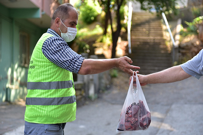 Türkiye'nin dört bir yanındaki ihtiyaç sahibi ailelerin yardımına koşan Tuzla Belediyesi Gönül Elleri Çarşısı, bağışçılar tarafından bağışlanan 5 ton kurban etini ihtiyaç sahibi ailelere dağıttı.