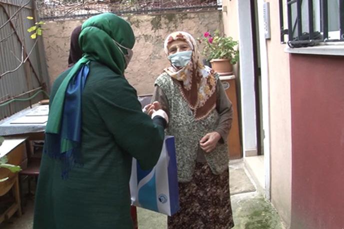 Tuzla ilçe sınırları içerisinde yaşayan ve ihtiyaç sahibi olan 65 yaş üstü vatandaşlara koronavirüs salgını sürecinde kullanmaları için temizlik seti dağıtımına başlandı.