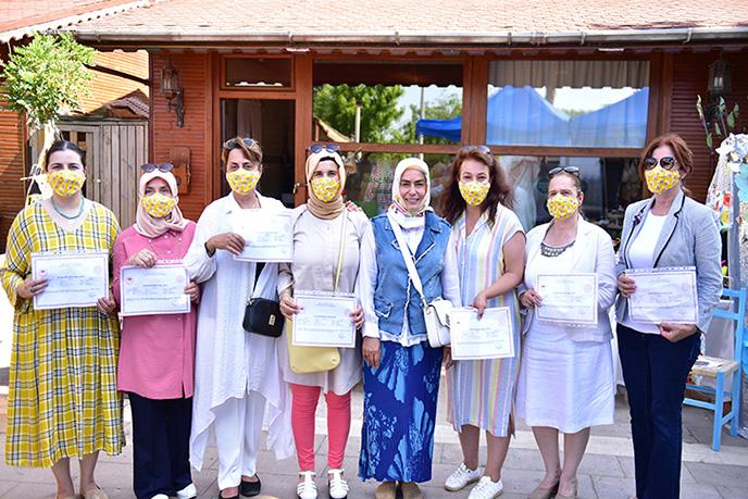 Tuzla Belediyesi Gönül Elleri Çarşısı'nın talebi üzerine Tuzla Halk Eğitim Merkezi tarafından verilen Arıcılık Kursu'na kurslara katılan 12 kursiyer sertifikalarını aldı.