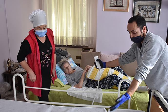 Tuzla'da Tuzla Belediyesi Gönül Elleri Çarşısı tarafından yatalak ve bakıma muhtaç hastalara hasta yatağı desteği veriliyor. Koronavirüs salgını nedeniyle alınan tedbirler kapsamında teslim edilen hasta yatağının bakımları da yapılıyor.