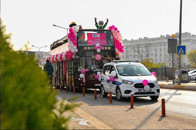 '3 Aralık Dünya Engelliler Günü' nedeniyle Gönül Elleri Çarşısı'nın organize ettiği programda üstü açık otobüs ve süslenen özel araçlar, Tuzla'da yaşayan engelli vatandaşların sokaklarına giderek unutulmaz bir gün yaşattı.