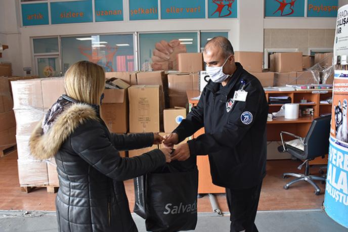Tuzla Belediyesi Gönül Elleri Çarşısı, vatandaşların getirdiği ihtiyaç fazlası kıyafetleri, ihtiyaç sahibi aileler ile buluşturuyor. Yapılan araştırmalar ile ihtiyaç sahibi olduğu belirlenen aileler, Tuzla Belediyesi Gönül Elleri