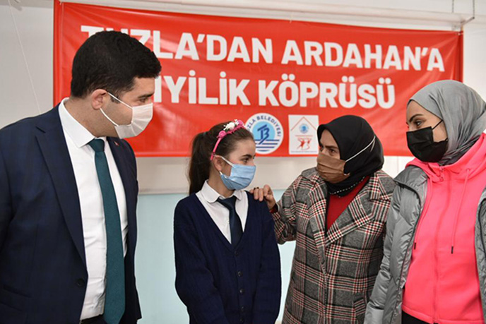 Tuzla Belediyesi Gönül Elleri Çarşısı, Türkiye'nin en uç noktasına da yardım köprüsü kurdu. Ardahan'ın Çıldır ilçesinde bulunan ve 9 köyün çocuklarının taşıma sistemi ile öğrenim gördükleri Kurtkale İlkokul ve