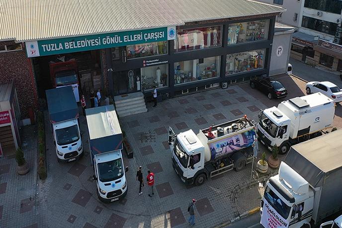 Tuzla Belediyesi, yoğun yağış sonrası oluşan selden etkilenen Kastamonu, Sinop, Karabük ve Bartın'a içerisinde temel gıda malzemeleri bulunan yardım tırları ve 2 iş makinesini gönderdi.