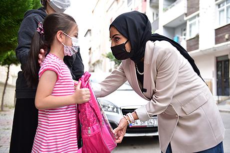 Türkiye'nin dört bir yanında veren el ile alan eli buluşturan Tuzla Belediyesi Gönül Elleri Çarşısı, yüz yüze eğitimlerin başlayacağı 6 Eylül öncesinde çantasız ve kırtasiye malzemesiz çocuk kalmaması için harekete geçti.