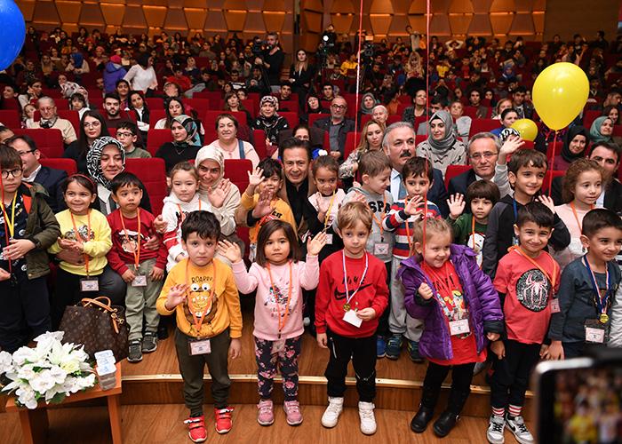 92 özel çocuğumuz Gönül Elleri Çarşısı merkezinde dalında uzmanlaşmış gönüllü eğitmen ve öğretmenlerin hizmet desteği ile yaş gurubu, ilgi alanı ve yeteneklerine göre resim, müzik,